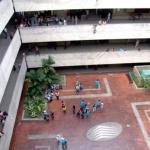 La acción violenta generó pánico entre trabajadores y estudiantes.