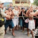 angustiados padres y familiares de los alumnos de la escuela Tasso da Silveira, en una zona periférica de Río de Janeiro, intentan entrar al lugar donde ocurrió la masacre.