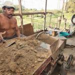 En los molinos de las afueras de El Callao los mineros manipulan sin protección el mercurio para obtener el oro.