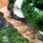El gobernador de Táchira, César Pérez Vivas, dijo que 97 pueblos están incomunicados. El presidente Chávez ordenó instalar un estado mayor de invierno en Mérida.