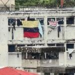 Reclusos denuncian que continúa el ataque con bombas lacrimógenas durante el día y la noche.