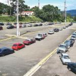 Los conductores hicieron ayer fila en zigzag dentro del estacionamiento de La Monumental para no congestionar las avenidas.