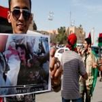 """En la capital del país, Trípoli, se escuchaban disparos y muchas personas festejaban en las calles: """"Dios es grande, Dios es grande, Gadafi ha sido capturado""""."""