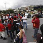 Los damnificados se cansaron de promesas y trancaron la vía, la protesta en la autopista fue dispersada por la PN.