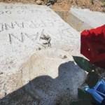 La tumba del pequeño es visitada por vecinos y desconocidos que le llevan flores.