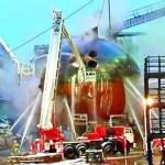 Bajo control: Durante todo un día, los bomberos rociaron el navío con agua para enfriarlo y apagar las llamas.