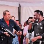 El presidente hizo un intermedio musical y tocó la charrasca con el grupo Madera.