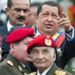 El hoy enfermo de cancer con miembros de las fuerzas armadas durante un desfile militar para conmemorar el vigésimo aniversario de su intento fallido de golpe de estado el 4 de febrero del 2012 en Caracas.