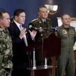 El ministro de Defensa de Colombia Juan Carlos Pinzón en medio del alto mando militar al momento de anunciar la muerte de los facinerosos.