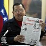 Chávez sostiene una copia del panfleto cubano Granma, durante una reunión con su gabinete en Cuba.