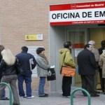 Al conocer los anuncios económicos de 2012 los españoles desempleados coparon las oficinas gubernamentales en busca de trabajo.