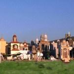 En México un cementerio tiene mausoleos de dos y tres niveles construidos con mármol, adornos de oro y piedras preciosas.
