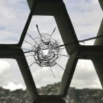 En varias ventanas de las Residencias Las Piedras quedaron los agujeros de las balas disparadas desde La Planta.