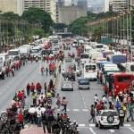 En las anteriores campañas, el reto era llenar de gente la avenida Bolívar de punta a punta. Ayer estaba llena de autobuses.