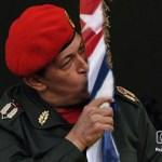 chavez besa bandera cubana