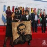 Cristina Fernández le da a Nicolás Maduro, un retrato de Chávez, pintado por el artista argentino Norberto Filippo como recuerdo durante la cumbre anual del Mercosur, en Mendoza, 29 de junio 2012.