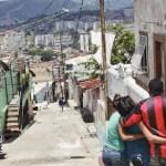 La madre de los jóvenes asesinados en La Pastora no puede caminar sin la ayuda de familiares y amigos.