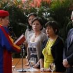 """El Comando Venezuela, denunció ante el organismo electoral la destrucción de propaganda de Capriles. """"Mientras ponen sus pendones, quitan o dañan los del candidato de oposición""""."""