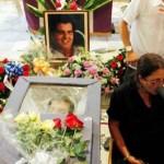 La viuda de Payá se mantiene junto al cuerpo de su esposo donde también falleció otro cubano y resultaron heridos un español y un sueco.