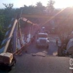 (Foto: @antdelgado92)  La tarde de este miércoles se cayó un puente en Cúpira, estado Miranda.