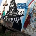 Una foto de niños con rifles frente a esta imagen de Jesucristo y la Virgen María levantó este año polémica en Venezuela y el Mundo.