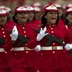 Mujeres integrantes de las milicias bolivarianas desfilan en Caracas en febrero del 2012.