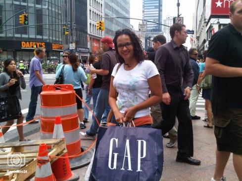 Con su humilde bolsa de GAP paseando por las calles de la Gran Manzana en New York, EEUU.