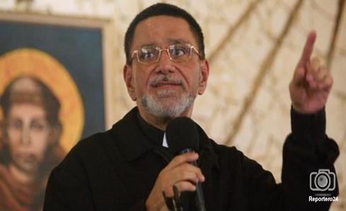 El sacerdote señaló que hace un par de días recibió amenazas que podrían estar relacionadas con el hecho suscitado hoy.