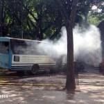 Autobús de la UPEL quemado en una de las entradas de la UCV.  Otro autobús, éste perteneciente a la UNEXPO, habría sido incendiado en las cercanías del rectorado.