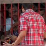 Los funcionarios del Ministerio de Asuntos Penitenciario hablan con Edwin Soto. (Foto: Vannyver Viloria).