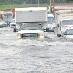 La fuerte lluvia causó el desbordamiento del río en La Línea y la corriente se llevó camas, neveras y otros enseres de las viviendas.