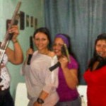 """La """"escuadra femenina"""" está pertrechada con armas largas y cortas, refiere el informe."""