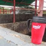 """En la finca """"La Tula"""" y en los depósitos, todavía hay materiales para trabajar la tierra, y afiches de Chávez envueltos que probablemente iban a ser colgados en la ciudad durante la campaña electoral del 8-D."""