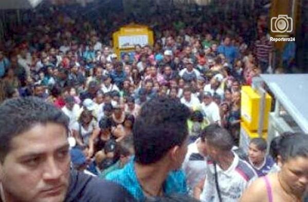 Desde las cinco de la tarde, varios usuarios vía Twitter reportaron intentos de saqueos cerca de las tiendas Macuto, en la zona central de Maracay, estado Aragua.