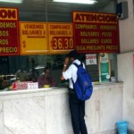 El negocio se efectúa entregando bolívares, billete en efectivo, por una transferencia bancaria.