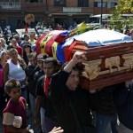 Familiares, amigos y oficialistas cargan el ataúd de Juan Montoya.