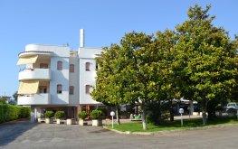 Residence Atlante - prospetto con magnolie