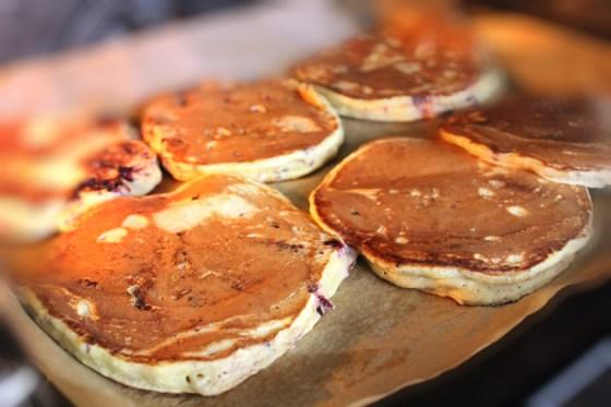 Preparare Pancakes - Clatite americane cu mure 4