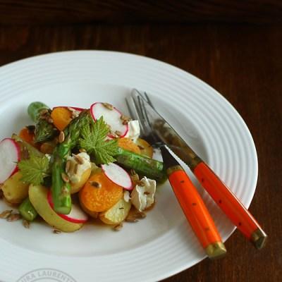 Salata calda de cartofi noi, sparanghel si branza de capra