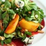 Salata cu mere caramelizate, sfecla si roquefort