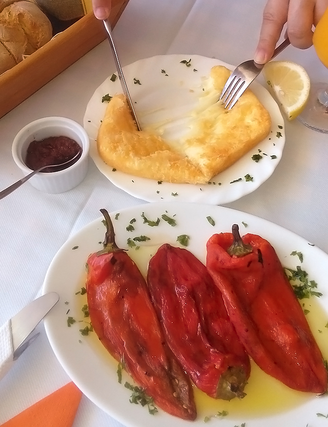 mancarea in vacanta in Grecia - hard yellow cheese and florina peppers