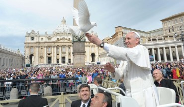Pope Francis lets fly a white dove in front of pilgrims following his weekly general audience in St Peter's Square at the Vatican on May 15, 2013.  AFP PHOTO/OSSERVATORE ROMANO