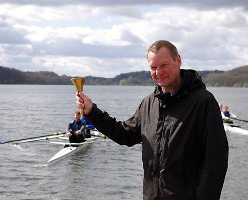 Clubchef Thomas Lange läutete die Rudersaison auf den Ratzeburger Seen ein. Im Hintergrund die Täuflinge Rothenhusen und Rom 60