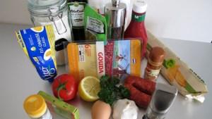 Zutaten. Darunter Gouda, Ketchup, Oliven, Zitrone und Knoblauch
