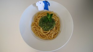 Ein Teller Spaghetti mit englischem Pesto und den Trikot-Fähnchen von England und Italien