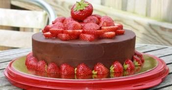 كعكة الشوكولا مع الفراولة