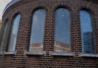 De kapel aan de achterzijde heeft weer ramen in plaats van glazen bouwstenen.