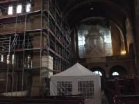 En zelfs de binnenzijde van de kerk staat vol steigermateriaal.