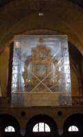 Ter bescherming is het historische orgel goed ingepakt.