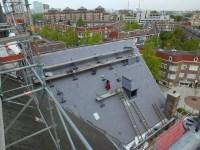 Lei voor lei wordt elk dak opnieuw gedekt.